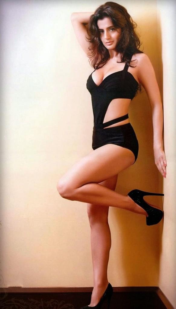 Amisha+Patel+in+Bikini
