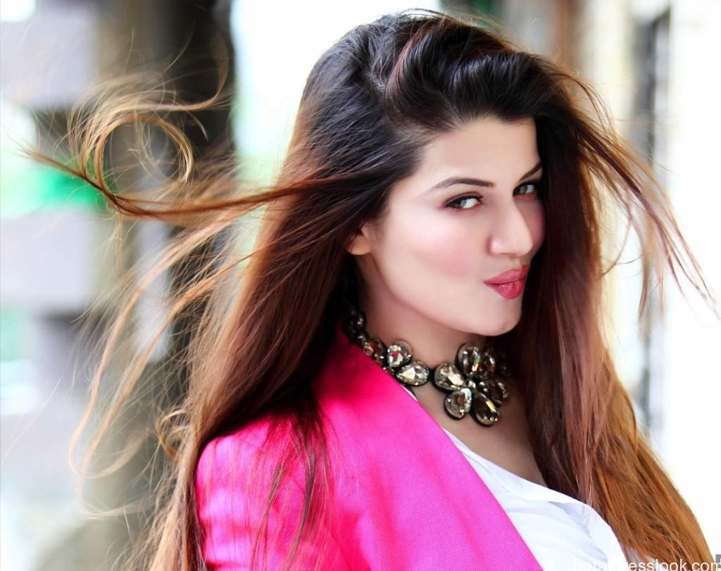 Blonde-Kainaat-Arora-Wallpaper