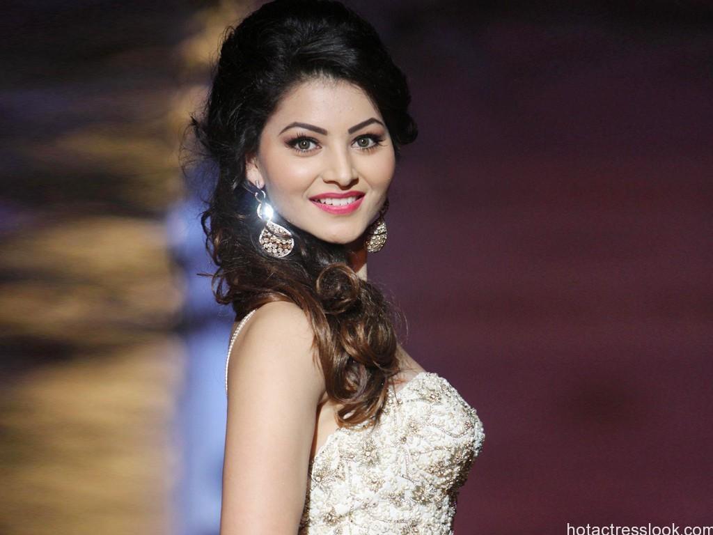 Cute-Urvashi-Rautela-sexy