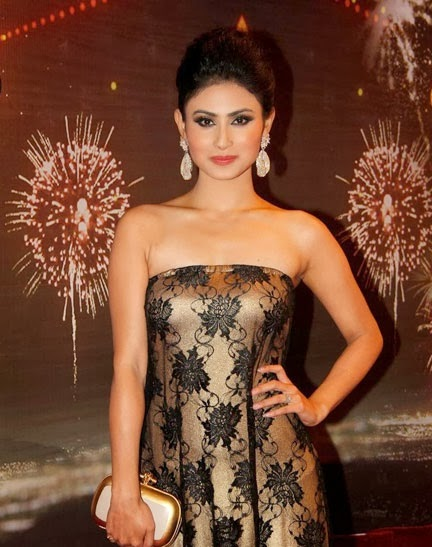 Mouni-Roy-walks-the-red-carpet-at-ITA-Awards-Pic-1