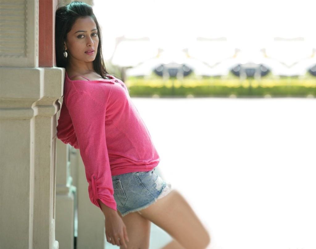 Nidhi-Subbaiah sexy pics