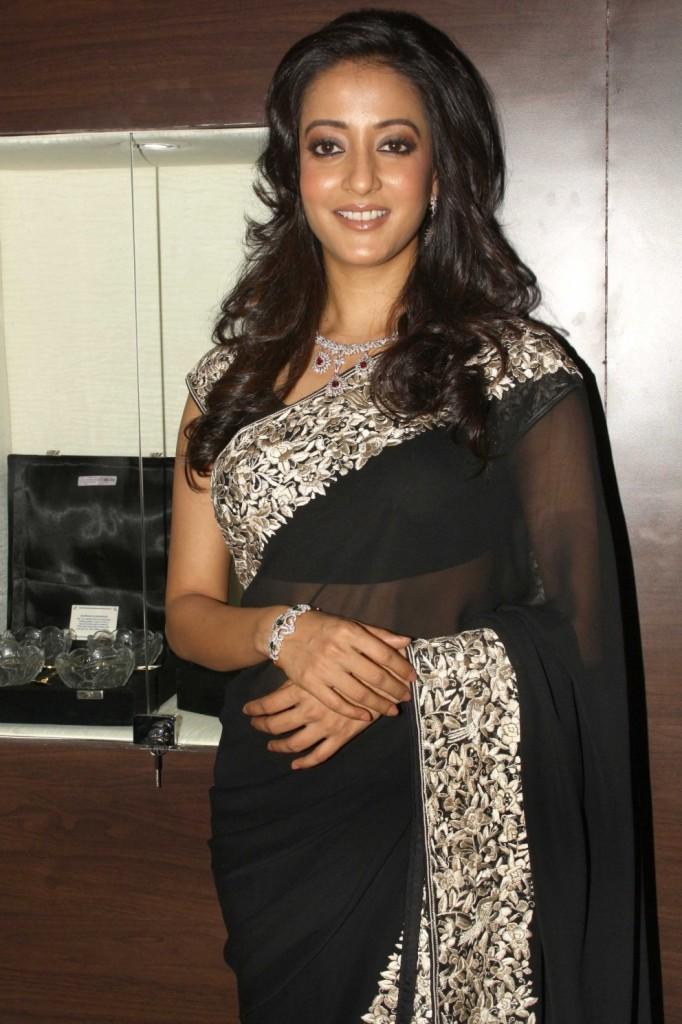 Raima-Sen sexy pics in saree
