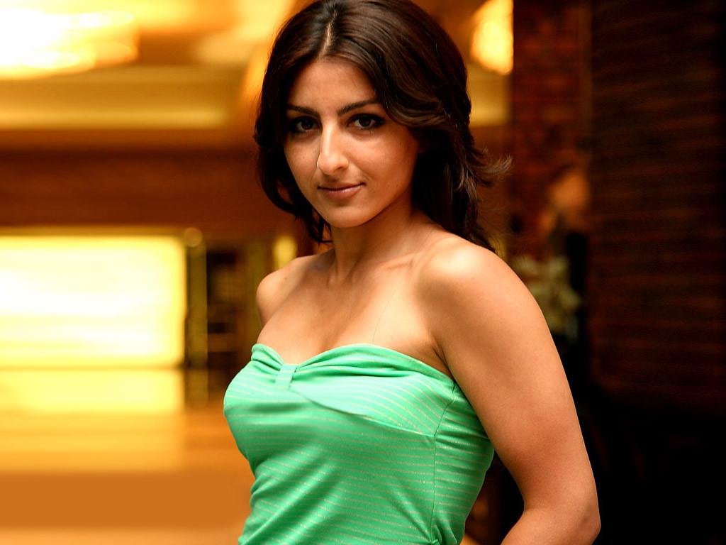 Soha Ali Khan hot in bikini