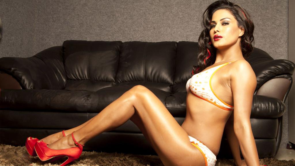 Veena-Malik-sexy in lingerie