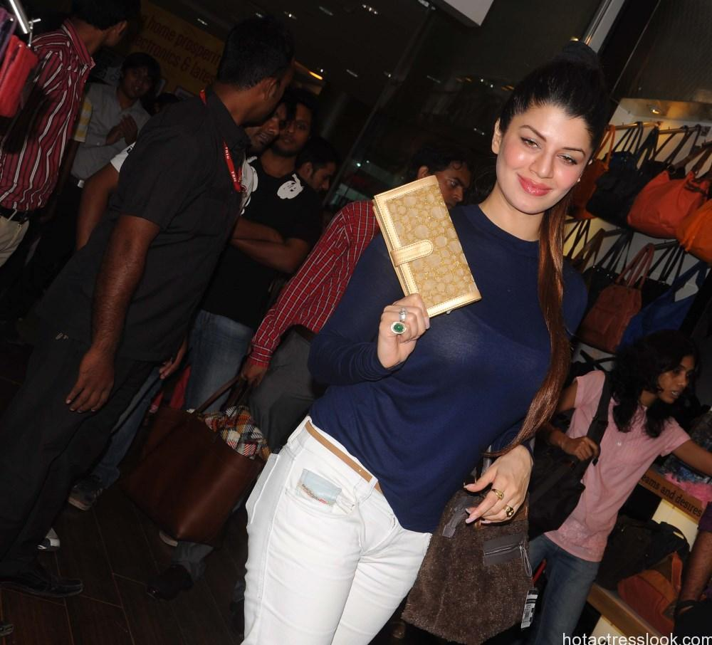 Kainaat Arora at the Femina Festive Showcase 2013 at R Mall