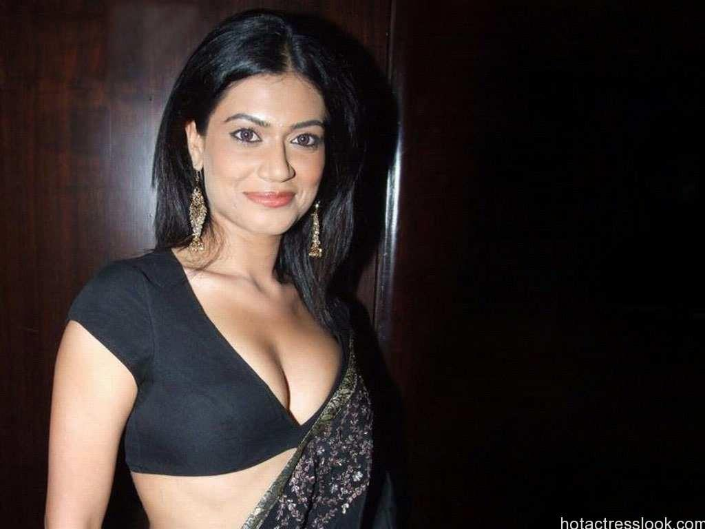 payal-rohatgi_in_black_hot_saree
