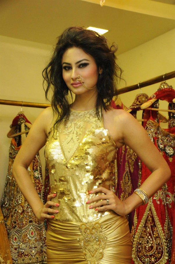 rohit-vermas-new-fashionable-festive-collection-launch-mouni-roy-sara-khan-57281_600