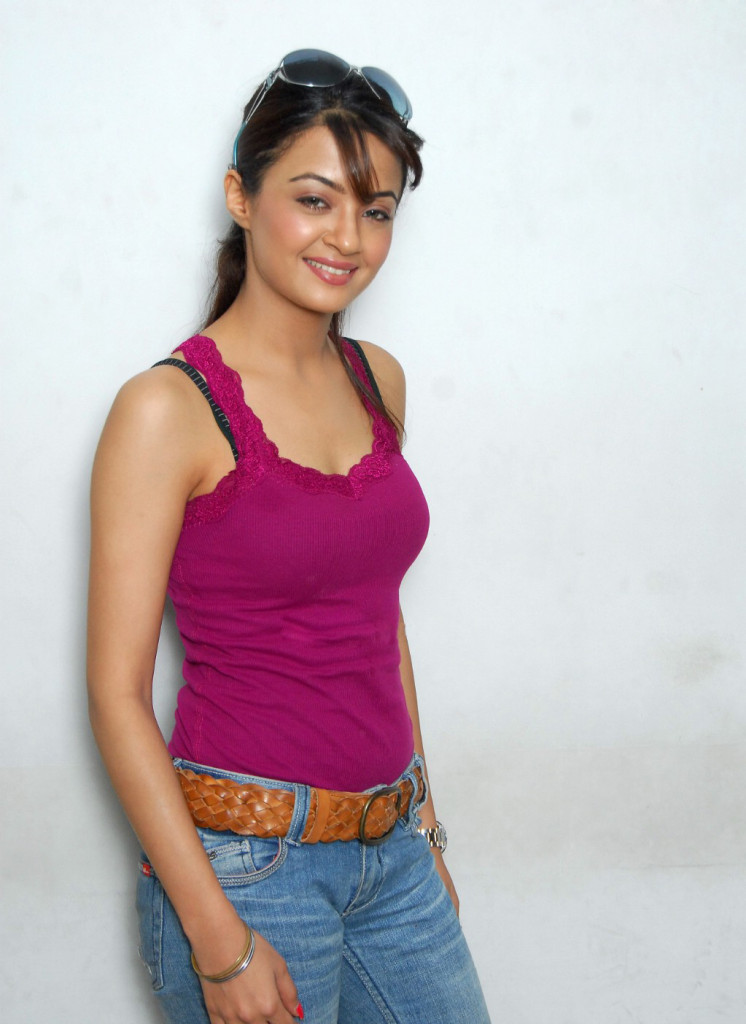 surveen chawla hot in sleeveless