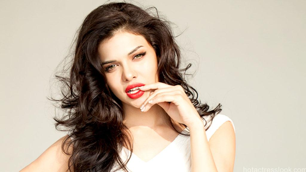 1080p-hd-wallpapers-of-sara-loren-10093