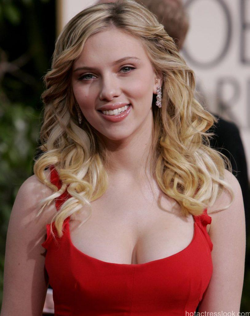 "Scarlett Johansson, nominated for best supporting actress for her work in ""Match Point,"" arrives for the 63rd Annual Golden Globe Awards on Monday, Jan. 16, 2006, in Beverly Hills, Calif. (AP Photo/Kevork Djansezian)"