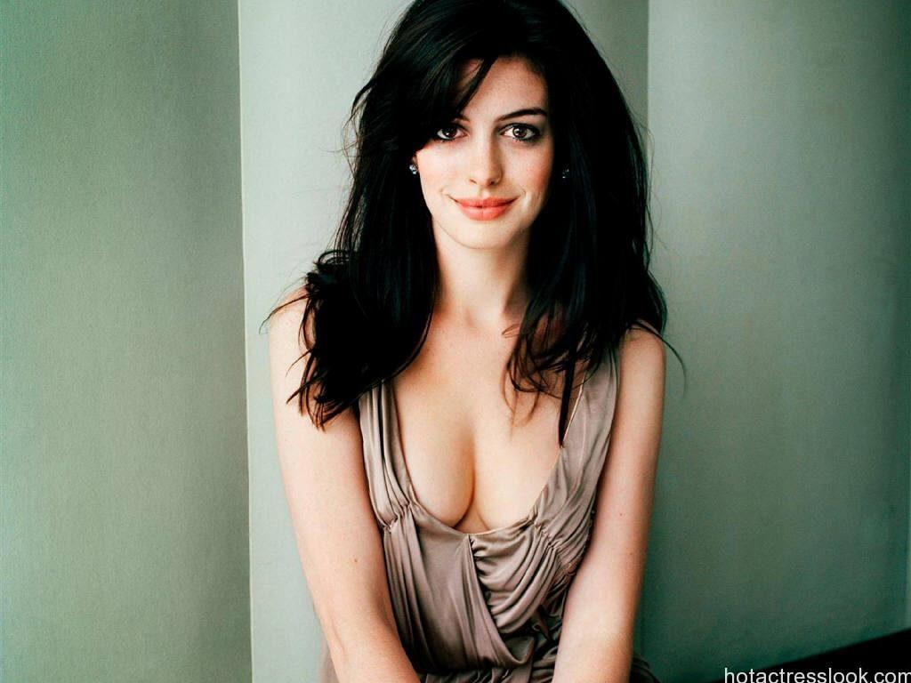 Anne Hathaway Sexy Boobs Pics