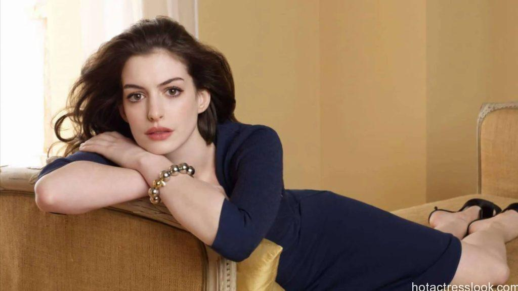 Anne Hathaway sexy pose