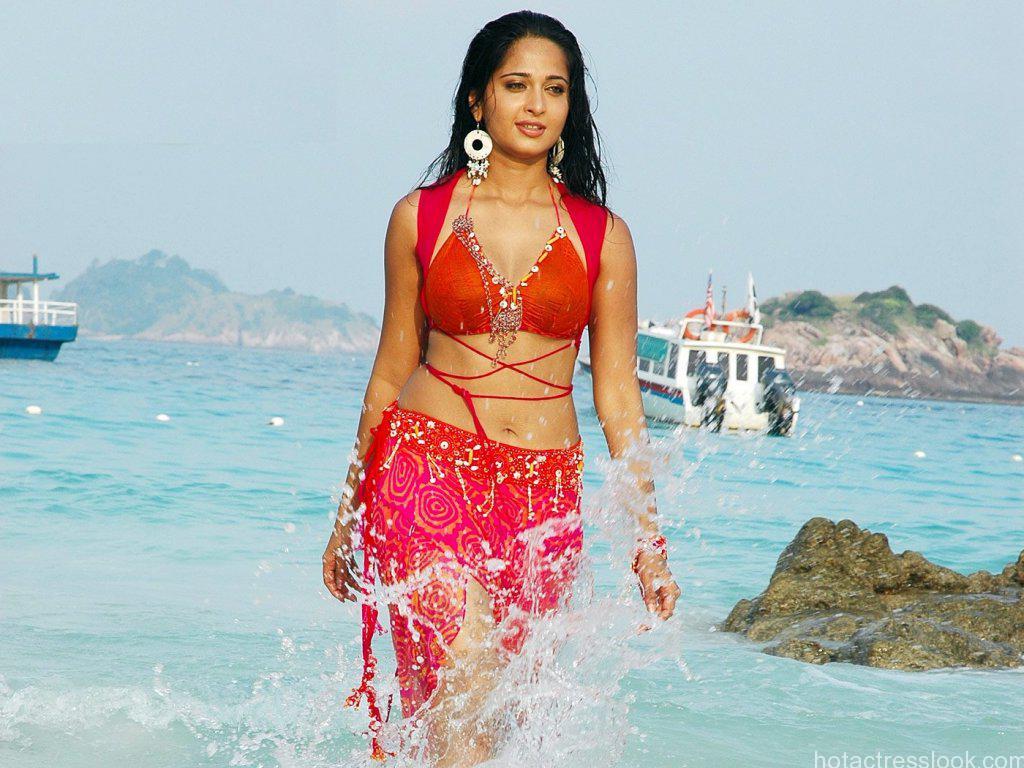 Anushka-Shetty-hot-pix-in-water-red-saree
