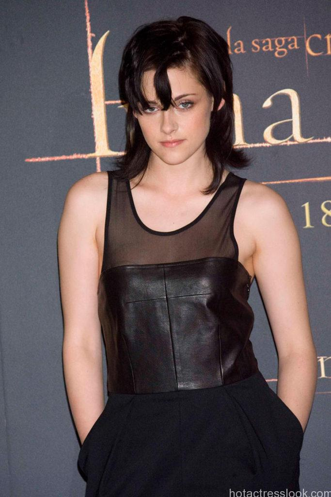 Kristen Stewart showing sexy body in shorts