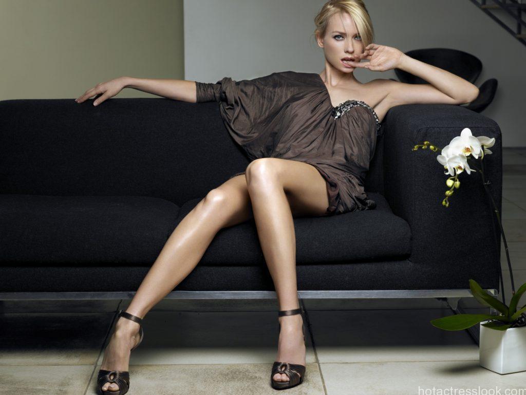 Naomi Watts sexy looks in bikini