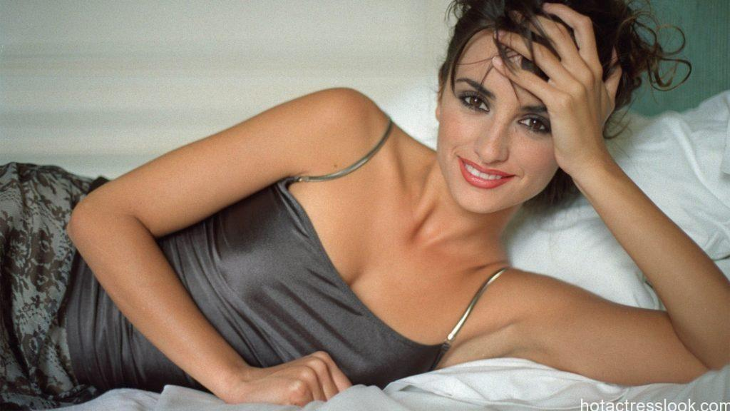 Penelope Cruz Hot Looking wallpaper