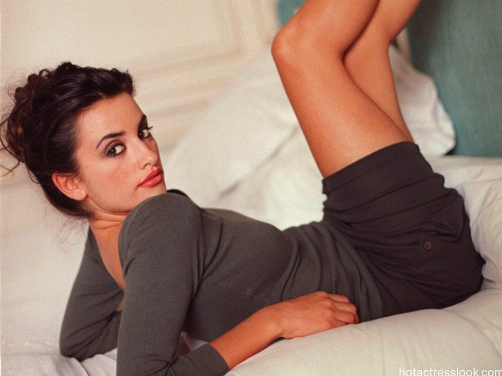 Penelope Cruz Showing Sexy Legs