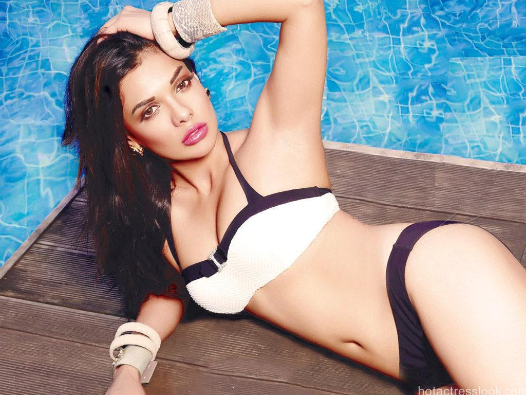 Sara-Loren-Hot-cleavage