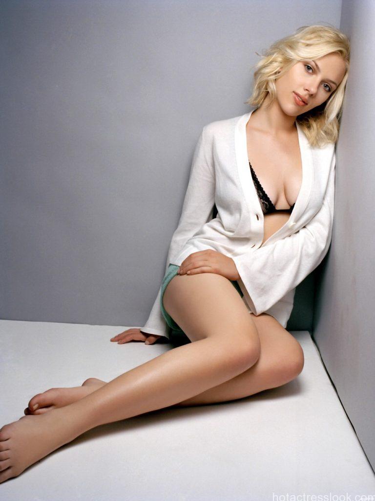 Scarlett-Johansson-Hot-Actress-Sexy-Legs-print-poster-24-x32-wbp06418