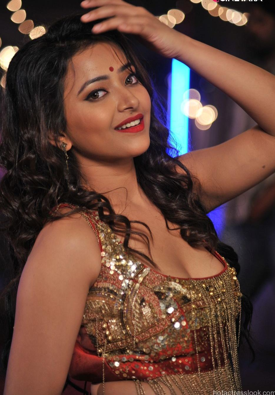 Sweta Basu Prasad Hot in bikini