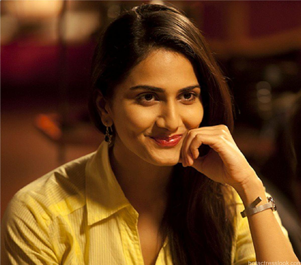 Vaani Kapoor hot wallpaper