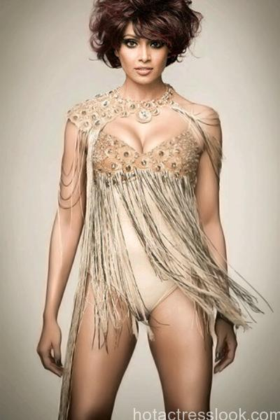 bipasha-basu-spilling-hotness-in-this-outfit