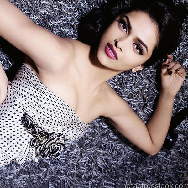 deepika-padukone-posing-for-a-hot-click