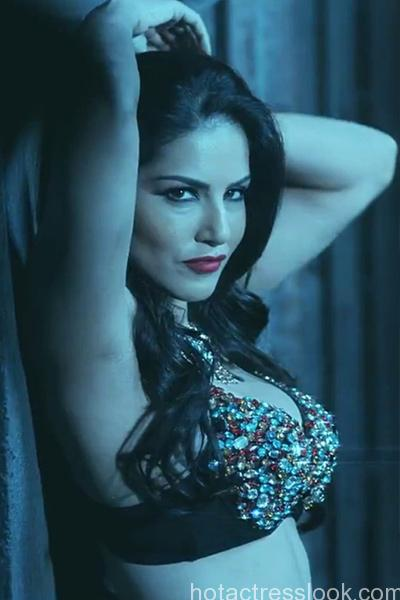 sunny-leone-flaunts-her-cleavage-in-black