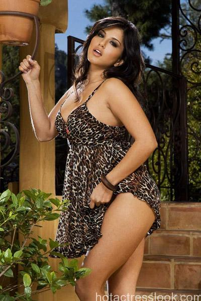 sunny-leone-in-animal-print-outfit
