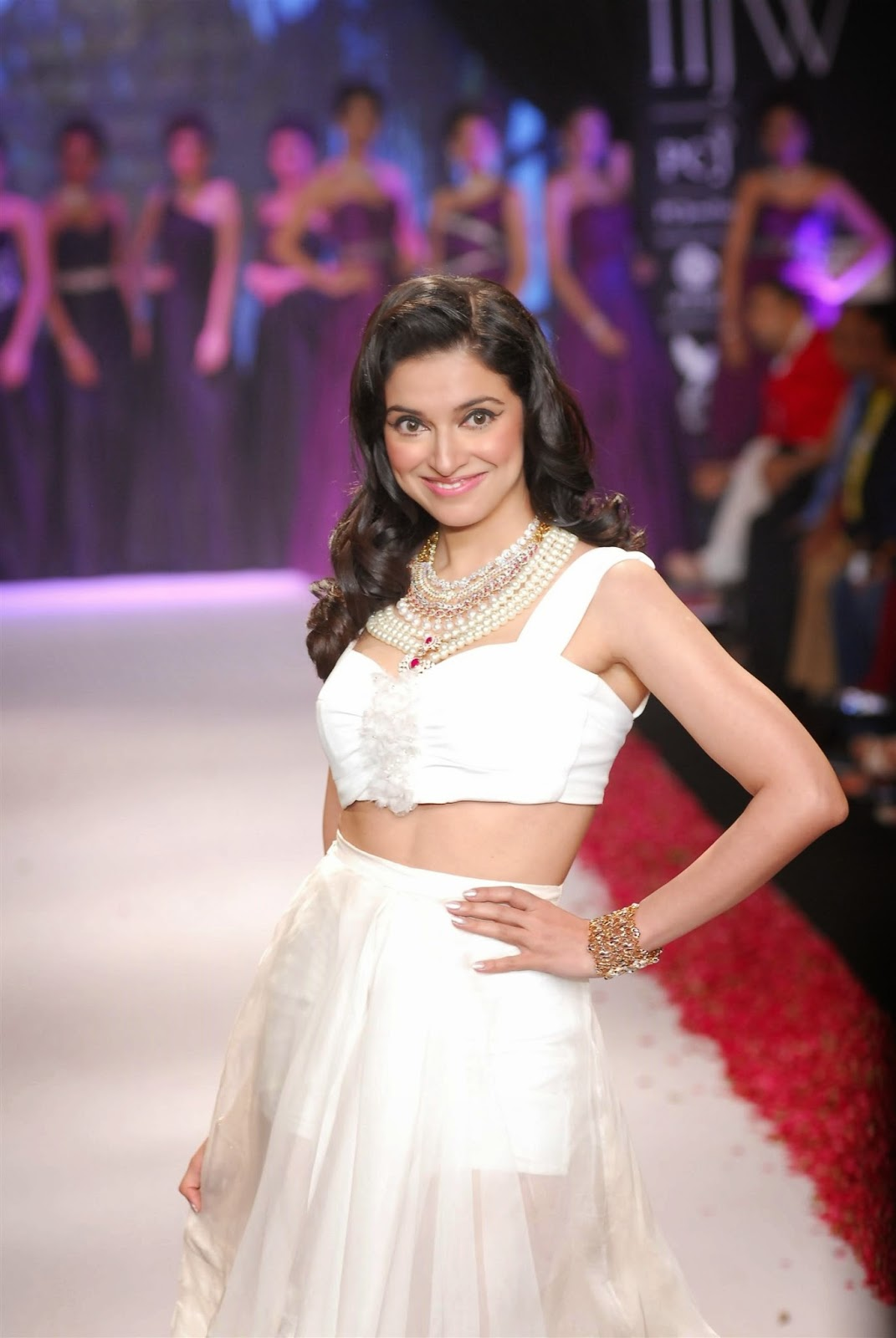 Divya Khosla Kumar topless wallpapers