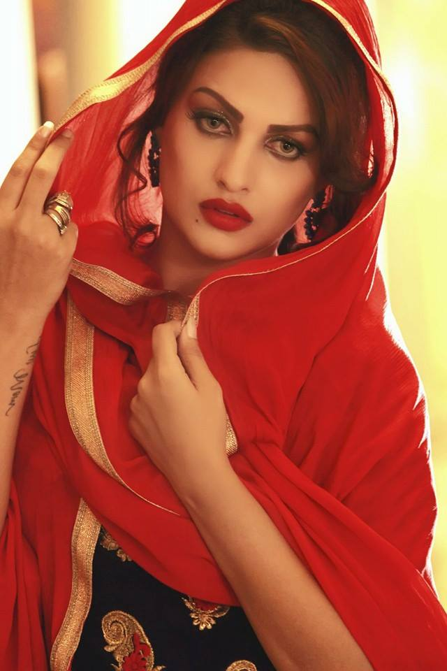 Himanshi Khurana hot in backless saree