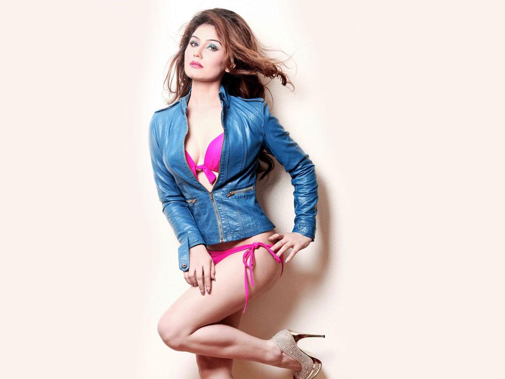 Kangna Sharma Hot Pics in bikini