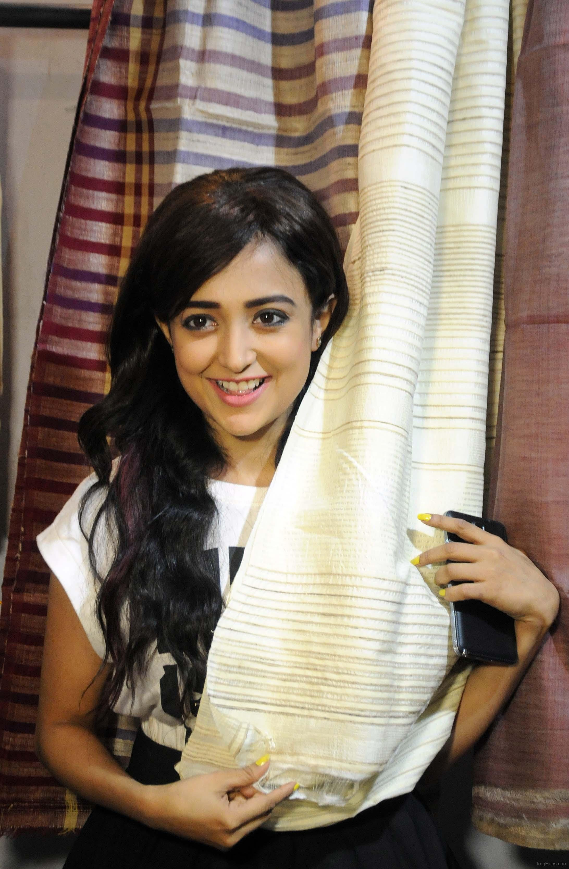 Monali Thakur hot wallpapers