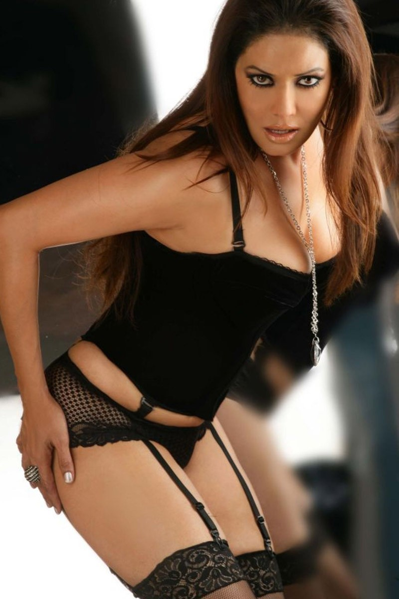 Poonam Jhawar hot in lingerie