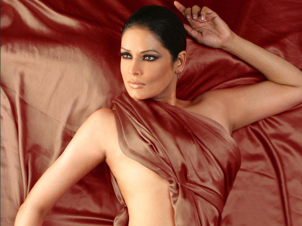 Poonam Jhawar sexy in bikini
