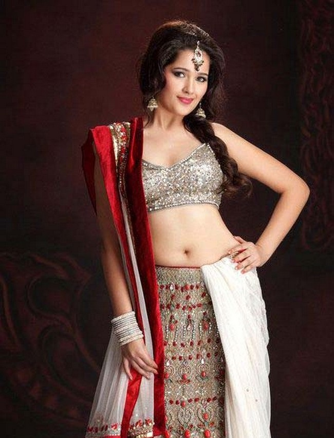 Sakshi Maggo hot in saree