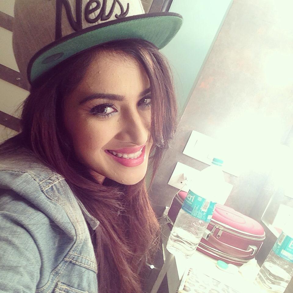 Sara Gurpal Hot photos in saree