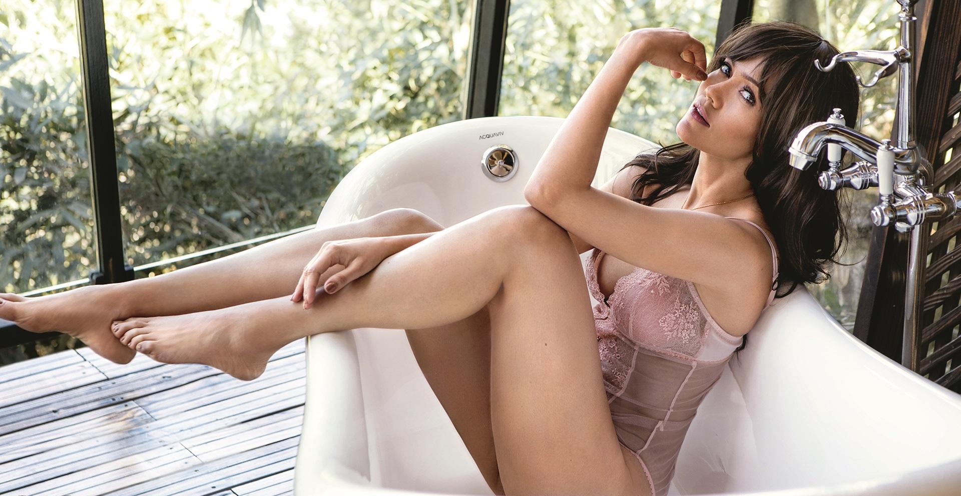 Waluscha De Sousa hot topless image