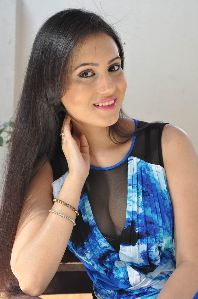Anu Smruthi hot topless images