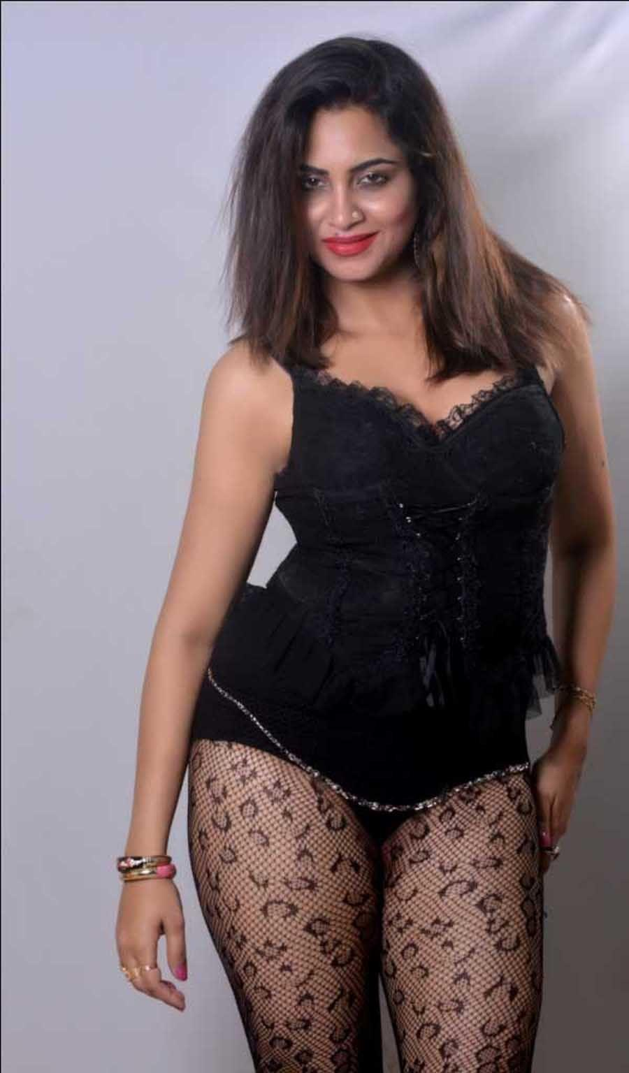 Arshi Khan hot in lingerie