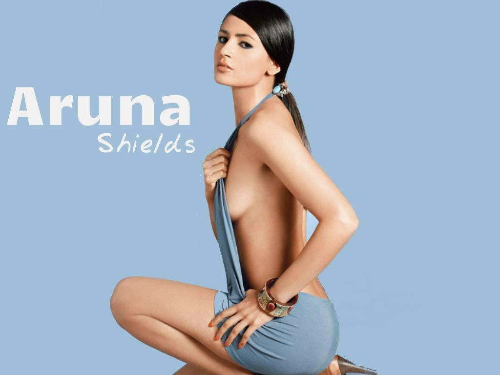 Aruna Shields hot backless dress