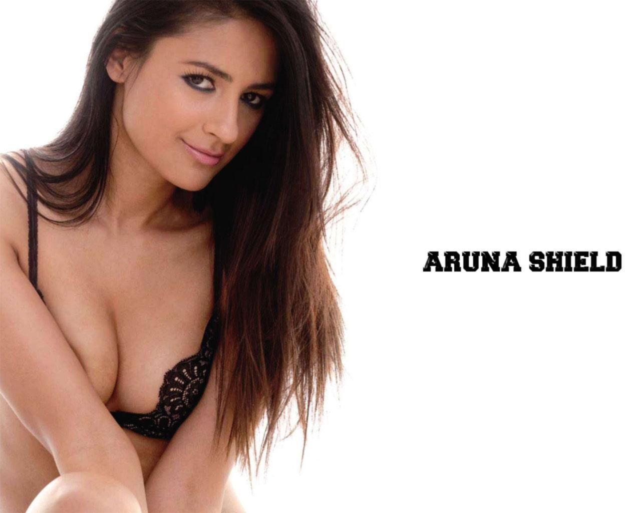 Aruna-Shields-hot-in-bikini