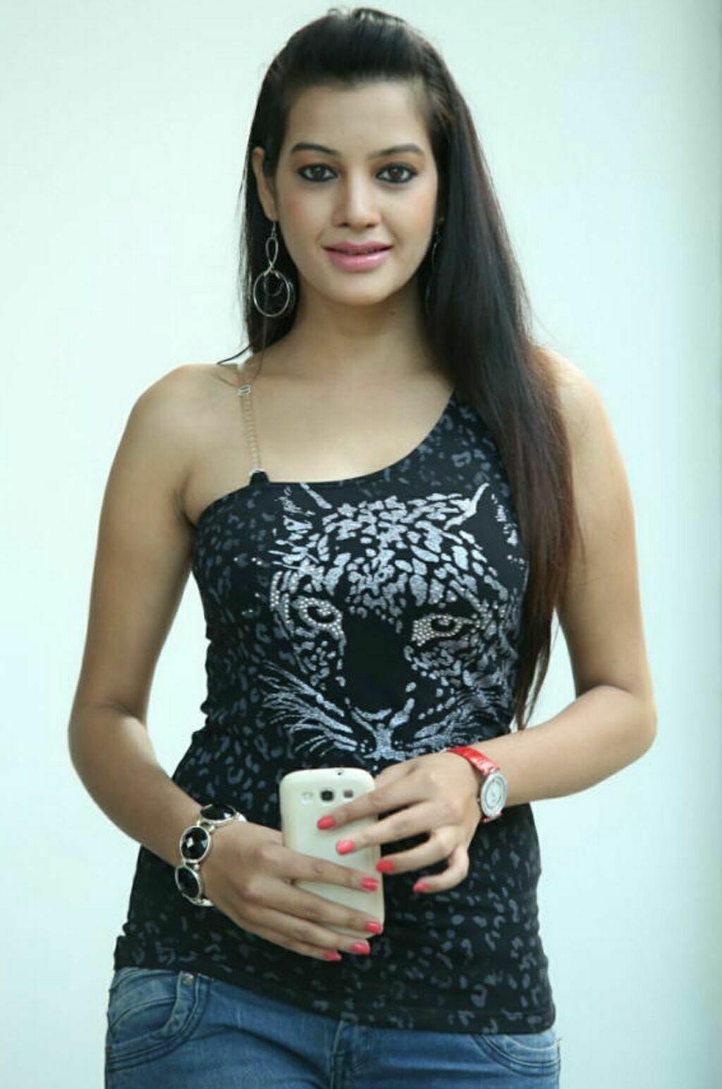 Deeksha Panth hot in jeans