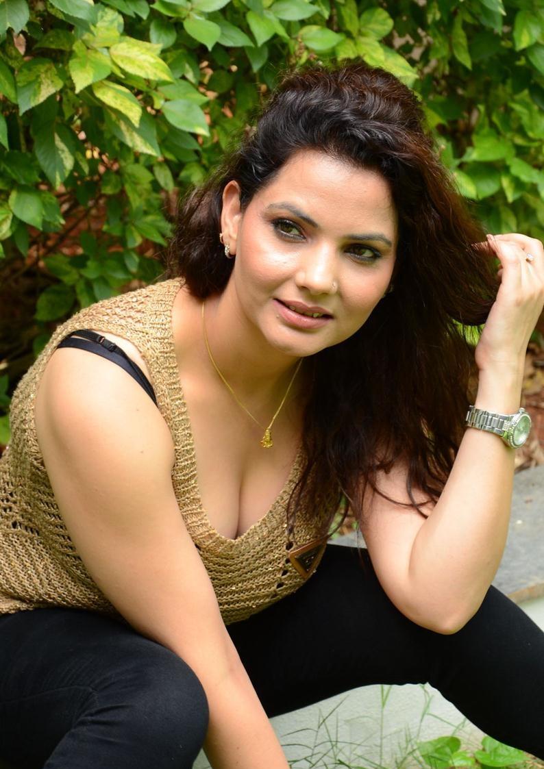 Madhavi Sharma hot images in bikini