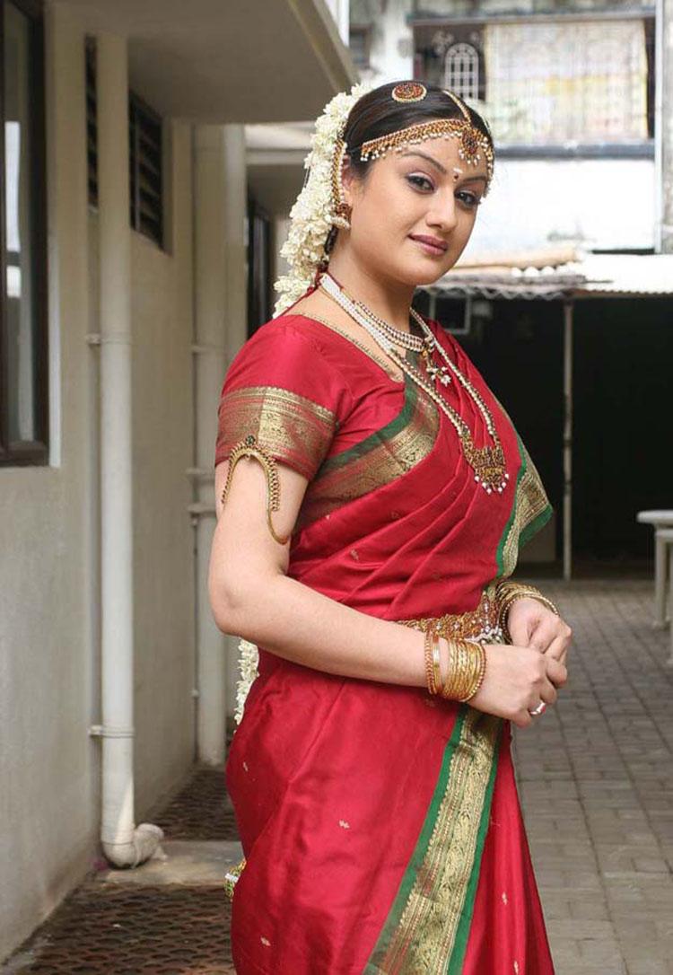 Sonia Agarwal sexy stills in sareee