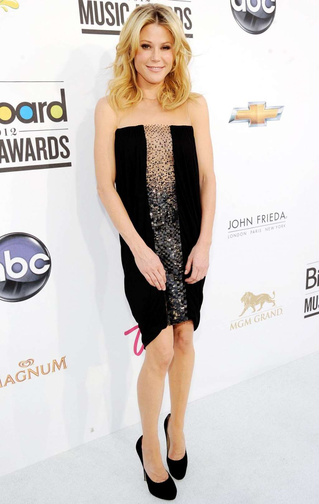 julie-bowen hot-in-black-straight-embellished-dress-photos