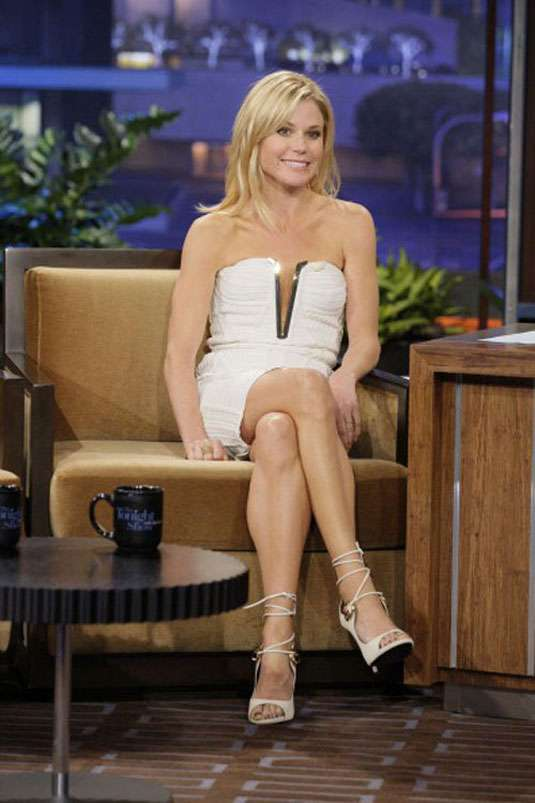 julie-bowen-in-a-short-strapless