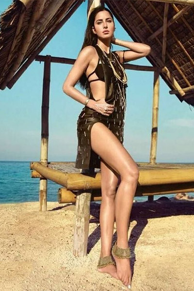 katrina-kaif-in-black-swimwear-looks-stunning