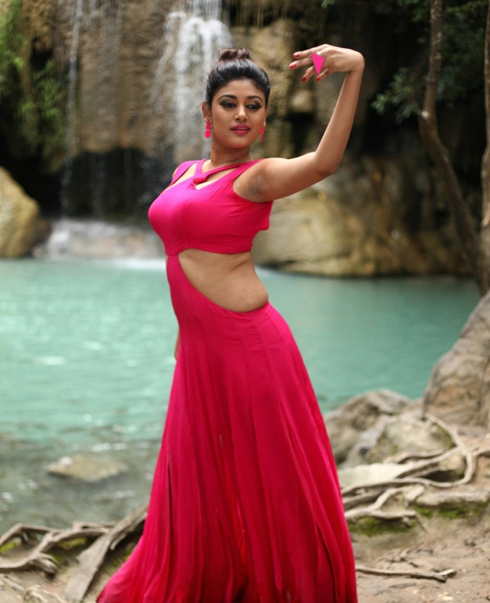 Actress Oviya in Sandamarutham Movie Photos