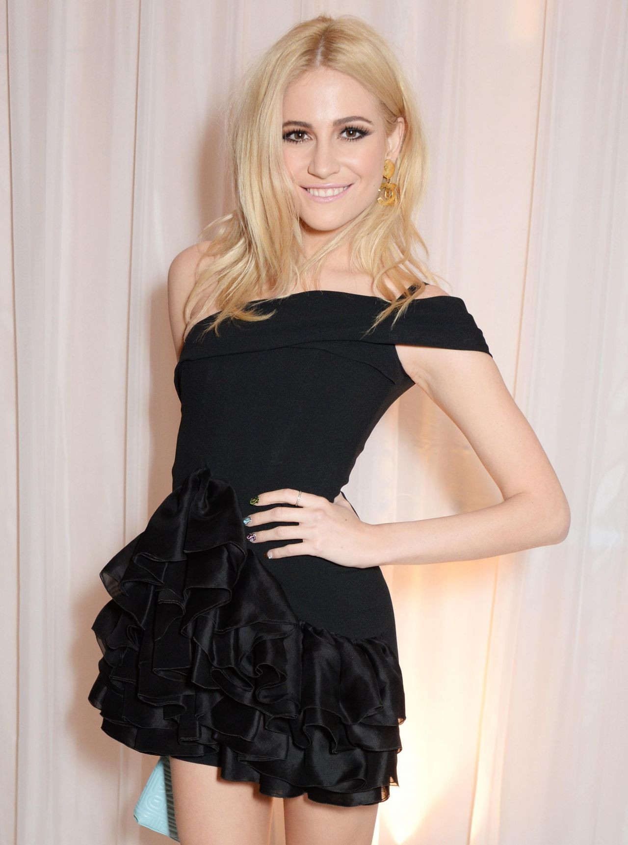 pixie-lott-showing-hot-ass